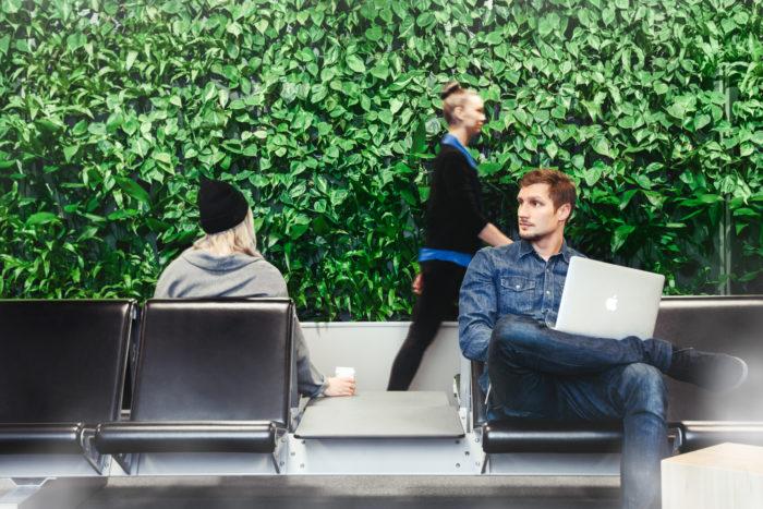 حائط أخضر كبير، في مطار هلسنكي، يحيي المسافرين في إحدى ساحات الانتظار.