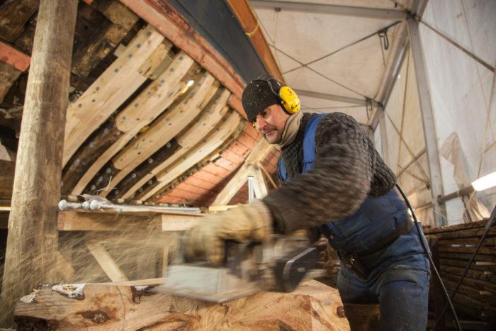 ميكايل هولمستروم يحتفظ بصناعة القوارب على قيد الحياة.