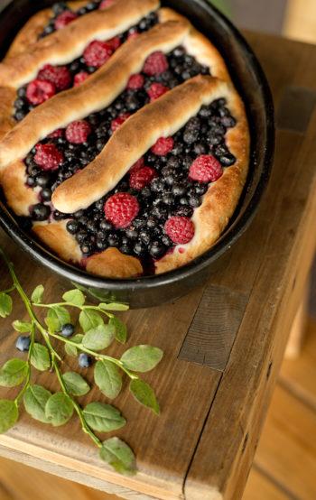 طبق مفضل في فصل الصيف: ينضج التوت في الغابات الفنلندية، وما أشهى طعمه عندما يدخل في صنع الفطائر المخبوزة في الساونا.