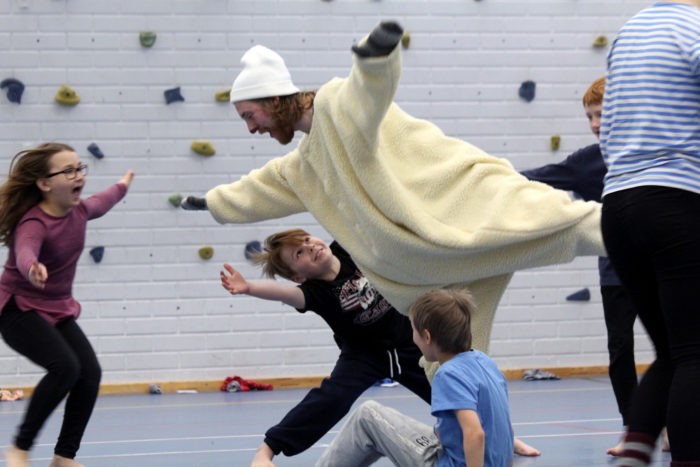 المشاركة في الفن: في هذه اللعبة التعليمية، يحاول الأطفال إنقاذ دب قطبي يلعب دوره إفجيني كوستيوكوف الطالب بأكاديمية الفنون.