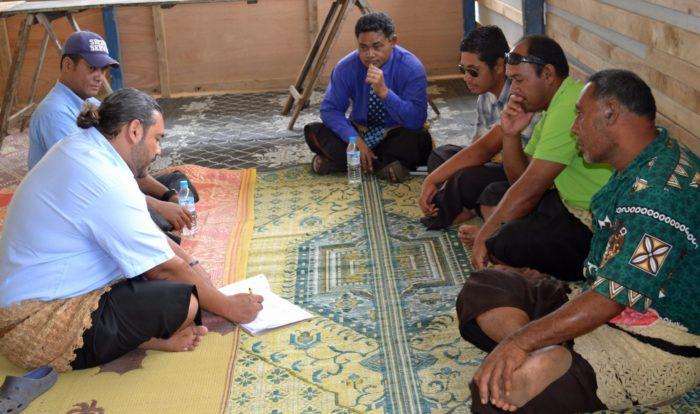 أوفا فآنونو، مدير خدمات الأرصاد الجوية في تونجا، (على اليسار في المقدمة)، يتحدث مع أعضاء المجموعة في جزيرة مونجاون.