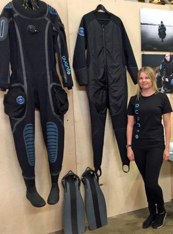 إينو آرنيو جورينن من شركة أفانتو تكنولوجيز تعرض بعض ابتكاراتها من الملابس المزودة بنظام للتدفئة.