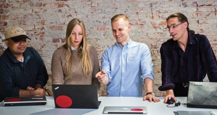 في شركة سيلكو، تظهر سوفي إليلا (الثانية من جهة اليسار) وفريقها (من اليسار إلى اليمين: فيصل مكمل، وتوماس ريتولا، وفلاديسلاف ننشيف) إذ يستثمرون الذكاء الاصطناعي لحل المشكلات التشريعية ومتطلبات البيانات في مجال الهندسة.