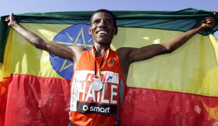 العداء الإثيوبيّ هايلي جيبرسيلاسي يحتفل بفوزه في ماراثون برلين عام 2006. وبعد بضعة أعوام، طلب من الجراح الفنلنديّ ساكاري أورافا معالجة وتر العرقوب بعد تَعَرُّضه لإصابة.