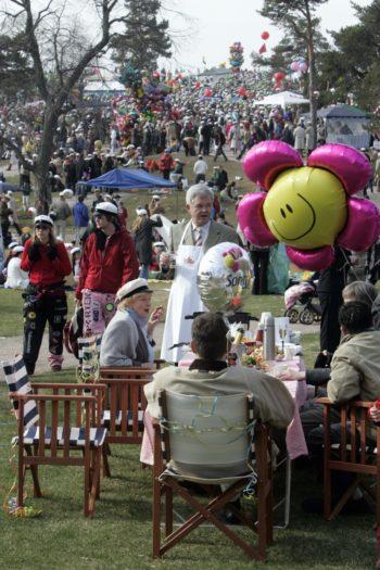اعتاد بعض الفنلنديين كذلك أن يحتفلوا بالأول من مايو بطريقة مميزة، إذ يحضرون قطع الأثاث وأغطية الطاولات البيضاء إلى الحدائق.