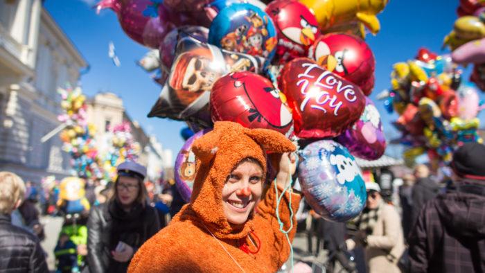 مناخ احتفالي: في يوم فابو، قد تلتقي بدب يبيع البالونات في وسط البلد في مدينة تامبير في الشمال.