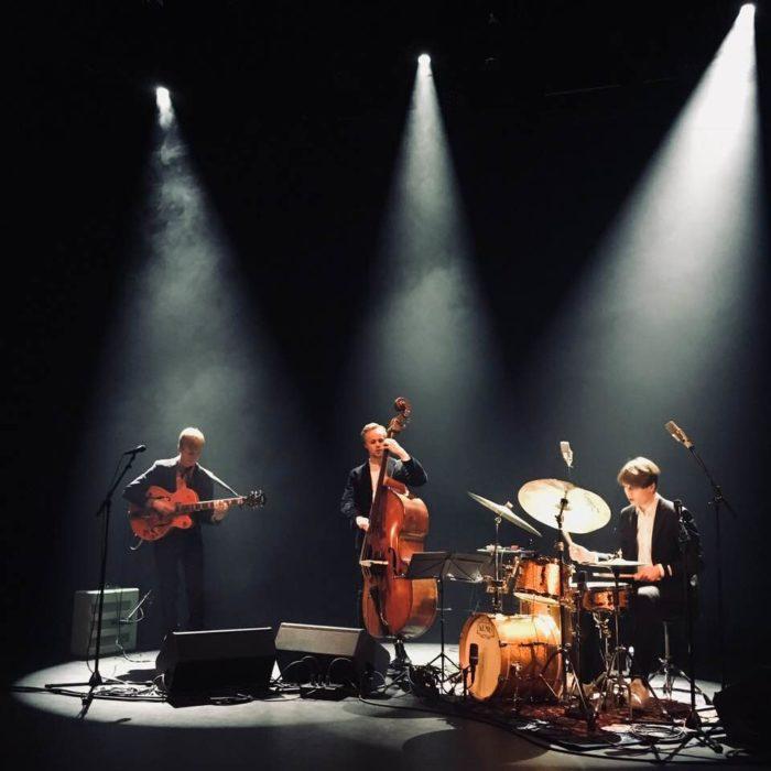 فيضان من الضوء والموسيقى: مايلو ماكيلا (على اليسار) وموزس كيولونيمي (على اليمين) يشتركان مع عازف الإيقاع جون بيترسون.