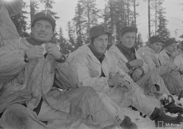 في حرب الشتاء 1939-1940 ، يجلس مجندون من فيهانتي (Vihanti)، التي تبعد حوالي 600 كيلو متر (375 ميلاً) عن شمال هلسنكي، أثناء استراحة في قتال في سوموسالمي (Suomussalmi)، بالقرب من الحدود الشرقية. حرب الشتاء أصبحت الحرب الموحدة التي لا لبس فيها بعكس الحرب الأهلية.