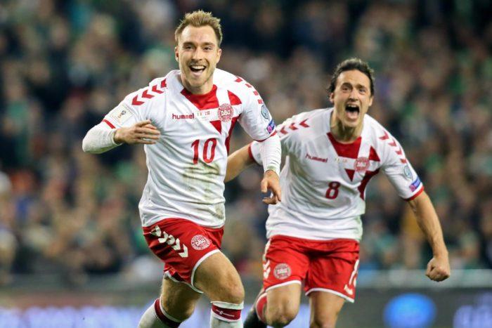 لاعب الوسط النجم الدنماركي كريستيان إريكسن (10) يحتفل مع زميله في الفريق توماس ديلاني بعد تسجيله هدفًا في مرمى منتخب إيرلندا في مباريات التأهل لكأس العالم التي أقيمت في دبلن في خريف 2017. سجل إريكسن ثلاثة أهداف وفاز الدنماركيون 5-1، مما جعلهم يحتلون مكانًا في دوري روسيا حيث يواجهون أستراليا وبيرو وفرنسا.