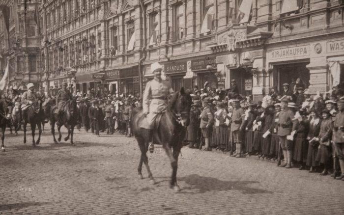 الجنرال الأبيض، C.G.E. يقود مانيرهايم موكباً في ممشي