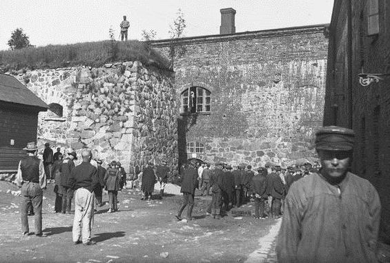 كان موقع قلعة سومينلينا (Suomenlinna) في هلسنكي، الذي أصبح الآن موقعًا للتراث العالمي لليونسكو وأحد المواقع السياحية المفضلة، موقعًا لمعسكر اعتقال يحتجز أسرى من الجانب الأحمر في أوائل عام 1918.
