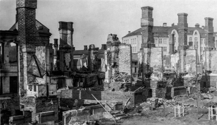 الحرب الأهلية جلبت الدمار للعديد من مناطق فنلندا. في أبريل من عام 1918, لم يتبق بناء قائم سوى المداخن في Tammela (تاميلا), منطقة بمنتصف الجزء الغربي لمدينة Tampere (تامبير).