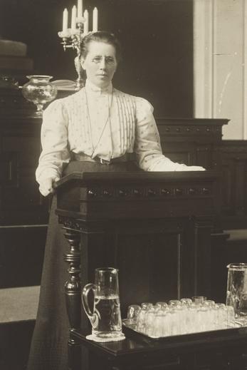 Miina Sillanpää التي أصبحت معروفة بقدرتها على تكوين الأحزاب ذات الآراء المتعارضة، تلقي خطابًا كعضو في البرلمان عام 1907.