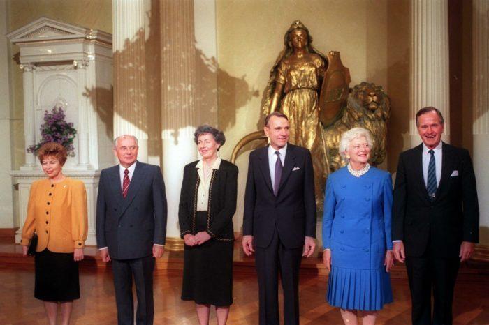 Raisa Gorbacheva and Mikhail Gorbachev; Tellervo and Mauno Koivisto; and Barbara and George H.W. Bush standing in the Presidential Palace.