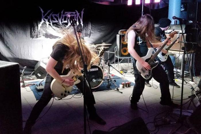 ويقول عازف الجيتار رول هيرشيماكي (يسار) فرقة كاسفوتون (مجهول الهوية) الليمية: