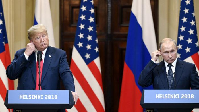 وضع الرئيس الأمريكي دونالد ترامب والرئيس الروسي فلاديمير بوتين سماعات الأذن للترجمة الفورية الخاصة بهما في المؤتمر الصحفي الذي عُقد في العاصمة الفنلندية في الــ 16 من يوليو 2018.