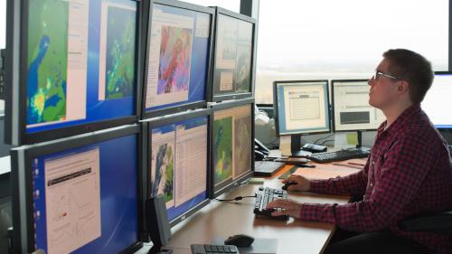 دراسة شاشات الرادار في مطار هلسنكي: تعتبر مراقبة الحركة الجوية أحد المجالات العديدة التي يتم فيها زيادة استخدام الذكاء الاصطناعي.