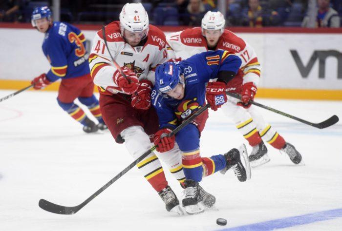الأولاد الكبار: يجاهد كل من ستيف موسس (11، يرتدي تي شيرتًا أزرق) لفريق Jokerit وتايلور بيك (41) من فريق بكين Kunlun Red Star على القرص أثناء مباراة KHL في هلسنكي.