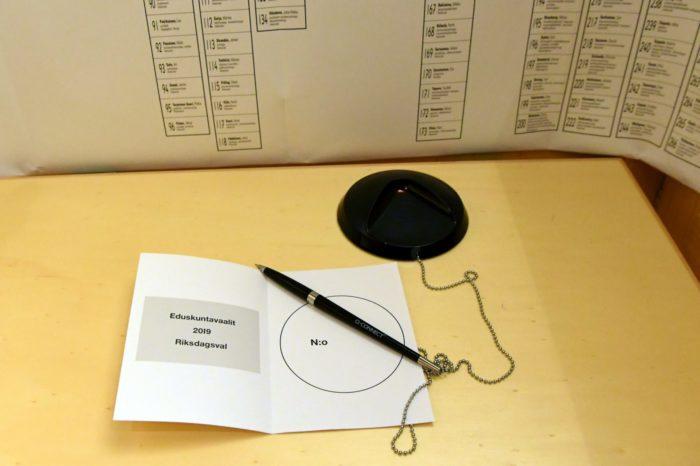 تكتب اسم مرشحك داخل بطاقة مطوية قبل وضعها في صندوق الاقتراع.
