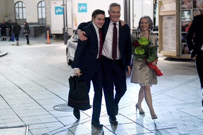 من اليسار إلى اليمين: المتحدث باسم الحزب الاشتراكي الديمقراطي ديميتري كفينتوس، ورئيس الحزب آنتي ريني، وزوجة ريني، هيتا رافولاينن-ريني بعد انتخابات 14 أبريل 2019.