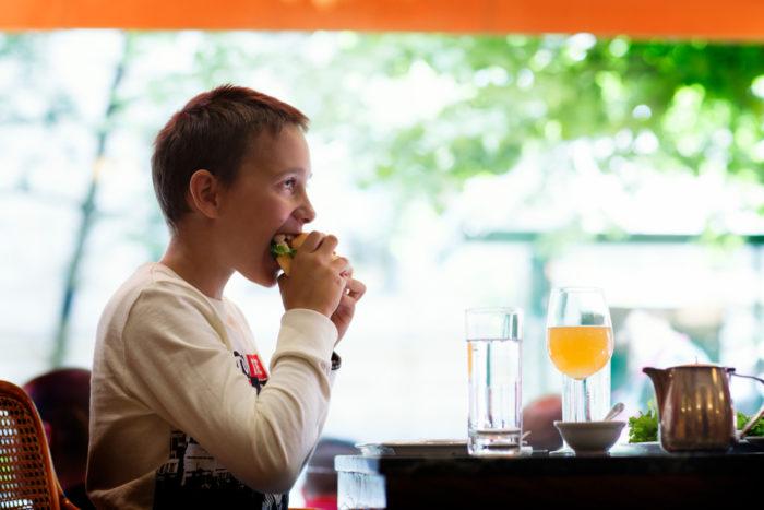 تعمل مؤسسة Compensate غير الربحية على تمكين الناس من تعويض انبعاثات الكربون بشكل مريح بتكلفة إضافية صغيرة عند دفع ثمن وجبة مطعم أو القيام بعمليات شراء أخرى.