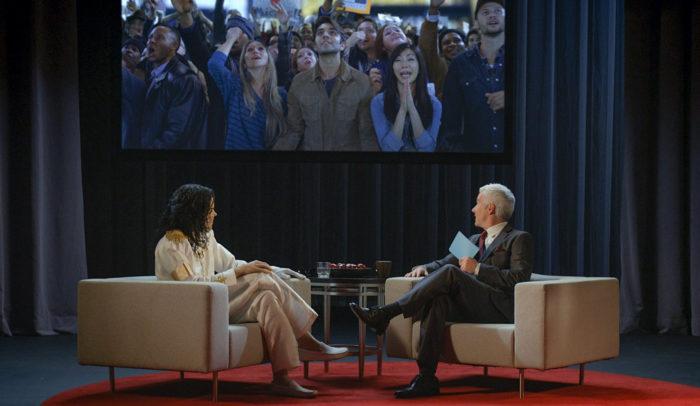 جلس جاكسون لإجراء مقابلة مع أحد شبيهي أندريسون كوبر في أستوديو تلفزيون فارغ في مدينة نيويورك.