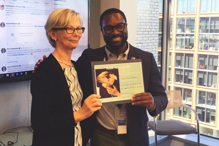 تقدم السفيرة الفنلندية كريستي كاوبي (اليسارية)، تكريم Hän إلى جاي جيليام، مدير القيادة العالمية في حملة حقوق الإنسان؛ تقديرًا للعمل الدؤوب الذي تقوم به المنظمة لبناء عالم آمِن وشامل لجميع الأشخاص المثليين.