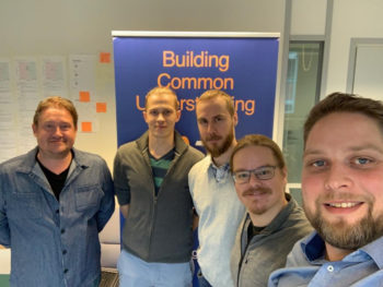 أعضاء الفريق الرئيسيين لـ Inforglobe (من اليسار: سامي كارنا، وفالتيري فرانتسي، وجوناس راجاماكي، وجوها تورمانين، ومايكالي لانجينفنيو) ينشئون برمجيات تجمع أصحاب المصلحة معًا لتحليل الموقف والنظر في كيفية المضي قدمًا.