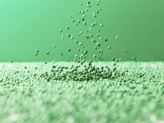 Маленькие, круглые, зелёные шарики падают сверху в море подобных шариков.