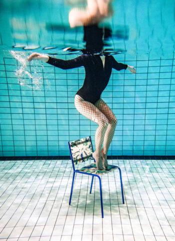 فالكرسي وقطع الأثاث الأخرى صُنعت من أكواب البلاستيك المعاد تدويرها، فعمل فينلا هوهتينين Baltic Sea Afterparty (ما بعد الحفل في بحر البلطيق) يُعد تعليقًا على البلاستيك الذي يشق طريقه في المحيط.