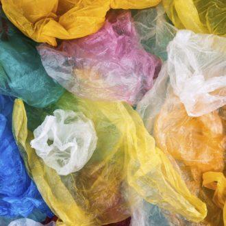 Sacos plásticos de várias cores misturados.