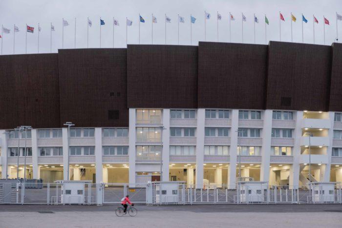 体育场外观,显示出顶棚的轮廓,其中有台阶状逐级上升的部分。