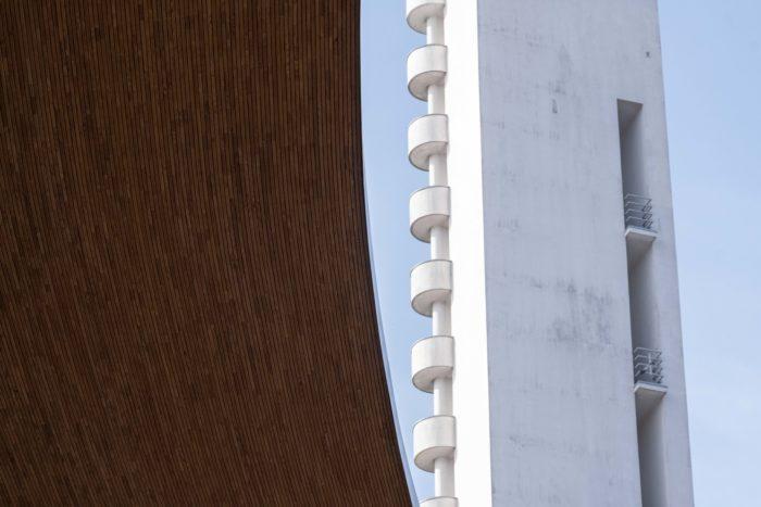 奥林匹克体育场顶棚曲线的边缘露出瞭望塔的一部分。
