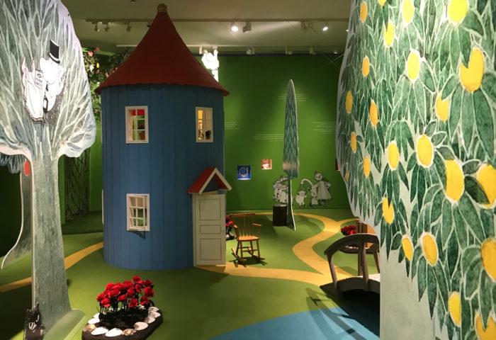 Uma casa fica em uma cena que inclui vários cenários dos livros.