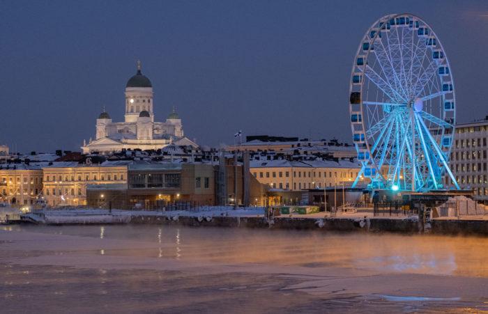 Центр Хельсинки виден с моря.