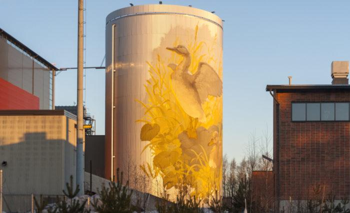 En uno de los lados de una torre cilíndrica puede verse un mural con dos patos.