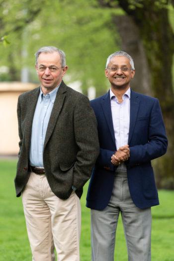 Zwei Männer in einem Park.