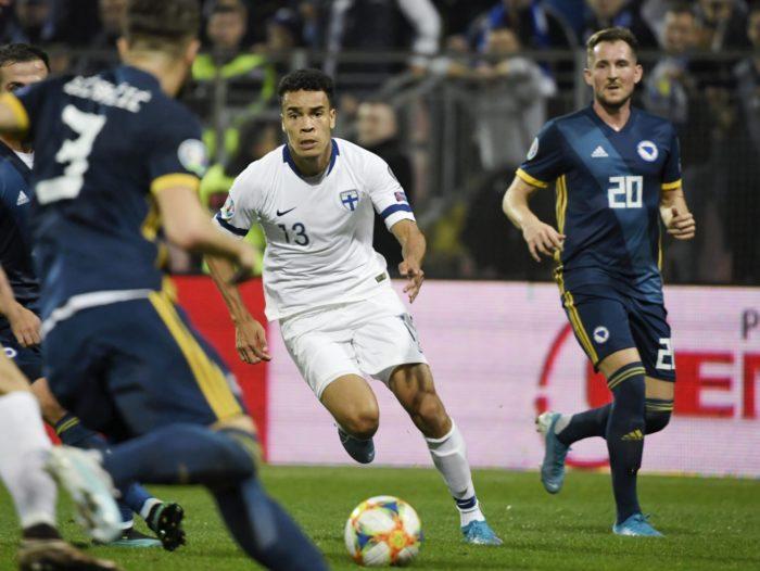 Ein finnischer Spieler dribbelt den Ball zwischen mehreren Gegnern hindurch.