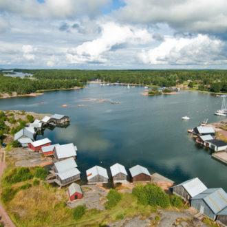 Numerosas casas alineadas en las orillas de una isla.