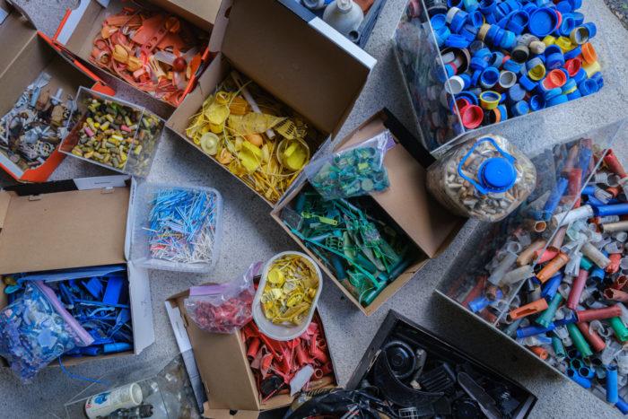 Várias caixas contêm pilhas de lixo de plástico