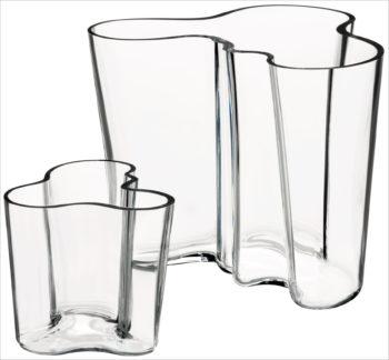Dois vasos de vidro semelhantes, um grande e um pequeno.
