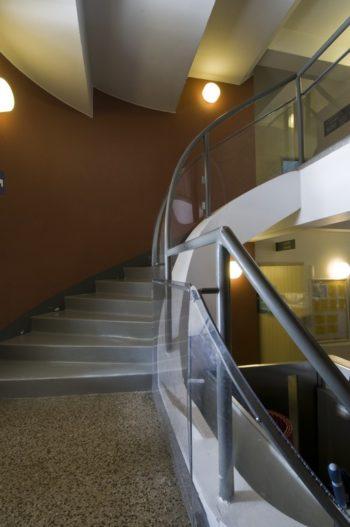Uma escada interna.