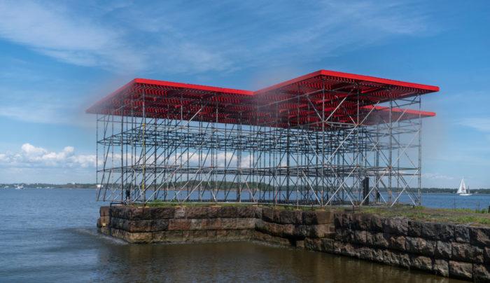 Eine Konstruktion aus Metallgerüsten auf einem Kai am Meer.