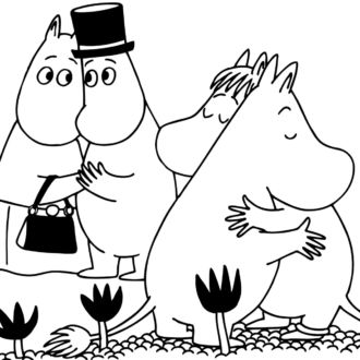 一幅插图显示了几个姆明人物相互拥抱的情景。